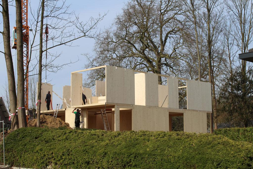La structure en panneaux de bois massif lamellés-croisés (Cross Laminated Timber ou CLT) est une technique de plus en plus utilisée, en Belgique, pour la construction ou la rénovation d'habitations. (© Architecte Viva-Architecture)